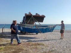 Rimozione di uno dei natanti lasciati in spiaggia a Senigallia