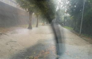 La pioggia caduta per il temporale ha invaso via Aldo Moro a Ostra
