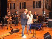 Nino Frassica sul palco con il sindaco Simone Pugnaloni