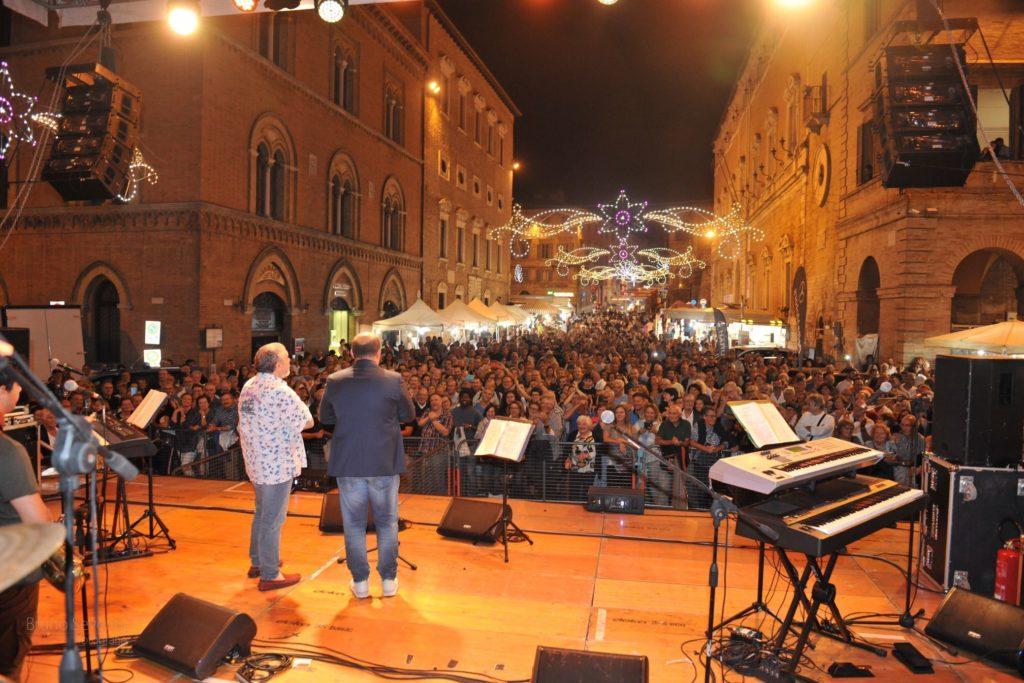 Il centro di Osimo gremito