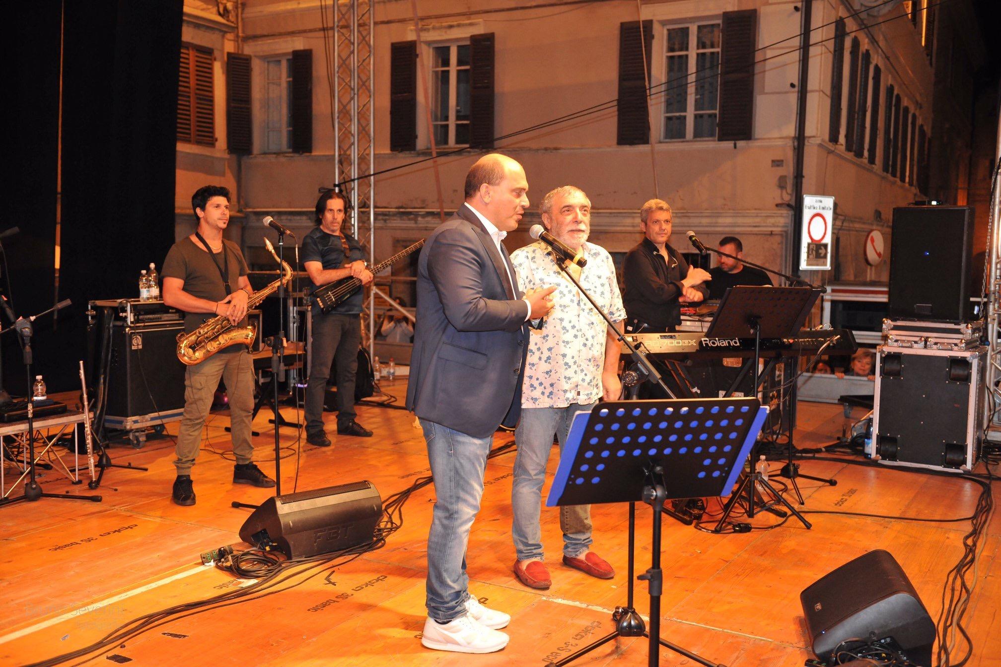 Osimo, boom di pubblico per lo show di Frassica