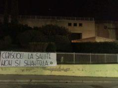 Lo striscione di Casapound davanti al palazzo della Regione ad Ancona (Foto: Casapound)
