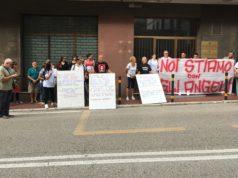 La protesta dei genitori dei bambini disabili del Bigmanini sotto all'Ufficio Scolastico Regionale