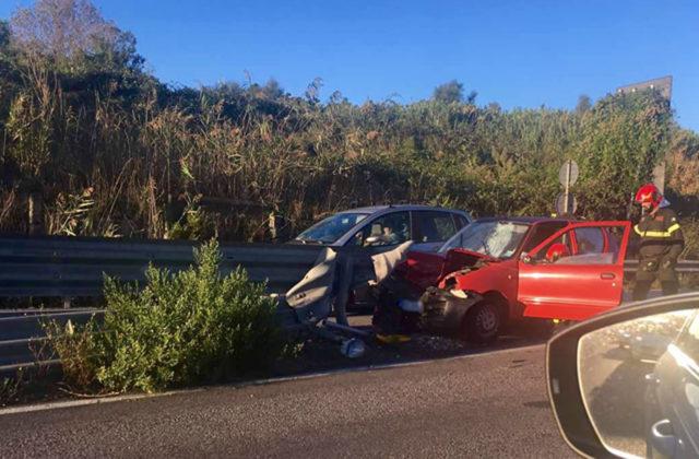 Auto inforca il guardrail del bypass, conducente incastrato nell'abitacolo muore in ospedale