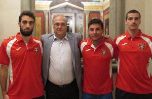 I tre acquisti della formazione di serie B del Corinaldo Calcio a 5: da sinistra Paolo Pencarelli, il presidente Luca Bucci, Marcio Belleboni e Bruno Casagrande