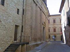 L'esterno della collegiata di San Medardo ad Arcevia