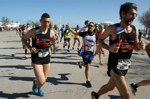 La corsa di 10 km davanti la Rotonda a mare di Senigallia