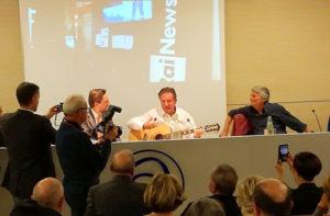 Il direttore di Rai News 24 Antonio Di Bella con la chitarra per un omaggio ai giornalisti