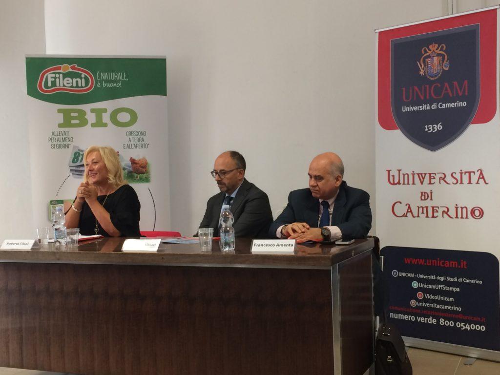 Un momento della presentazione del nuovo macchinario acquistato dalla collaborazione tra l'azienda Fileni e Unicam