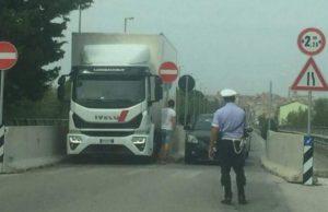 L'autoarticolato rimasto incastrato nelle barriere installate a Ponte San Carlo