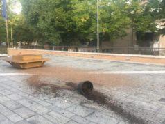 Il raid vandalico davanti al Comune di Fabriano