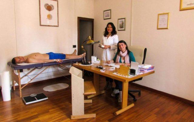 Da sinistra, le Dott.sse Jane Romaldoni e Jessica Stroppa con un paziente nel loro studio professionale