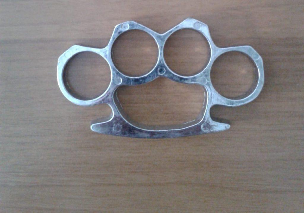 Il tirapugni usato nella rissa a Brecce Bianche di Ancona