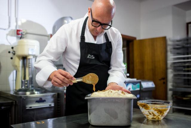 Il Maestro Gelatiere Paolo Brunelli mentre crea uno dei suoi gusti di gelato