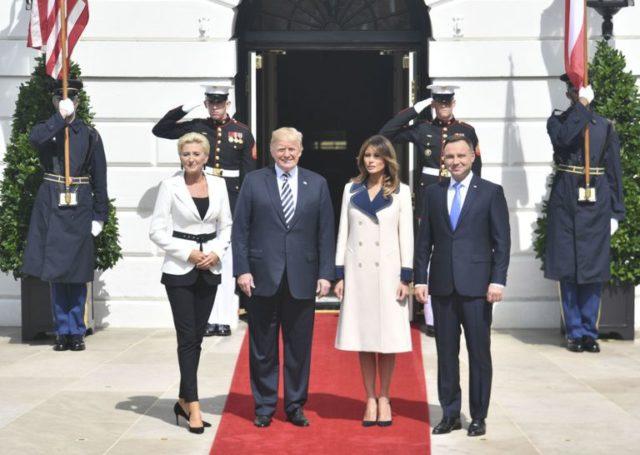 Melania Trump sfoggia il suo cappotto in occasione della visita ufficiale del presidente polacco Andrzej Duda e di sua moglie Agata Kornhauser alla Casa Bianca. (Da Pinterest)