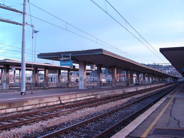 Ancona, viaggia in treno con documenti falsi e rubati: in arresto 42enne