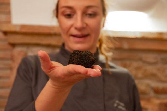 Un tartufo nero fresco tra le mani della Chef Ambassador Serena D'Alesio