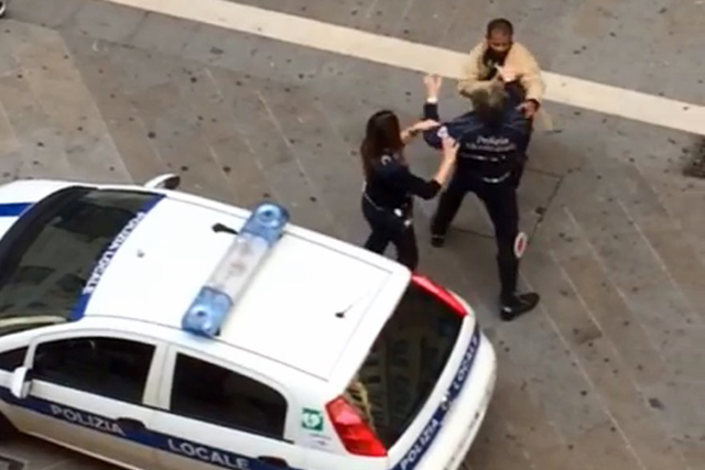 Follia in centro, picchia due passanti e due vigili urbani: arrestato 31enne (VIDEO)
