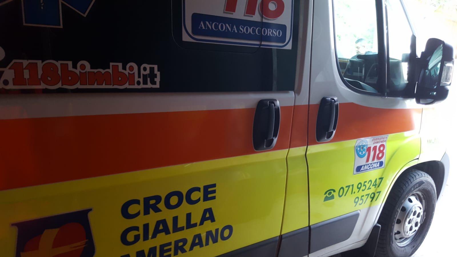 Ancona, scivola mentre monta delle grate: operaio precipita da 4 metri. È grave