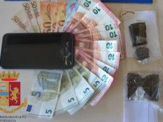 L'hashish e il denaro posti sotto sequestro da parte della Polizia di Senigallia
