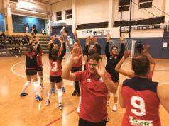 La Termoforgia Moviter Castelbellino, al centro il coach Marco Massaccesi, festeggia il successo nel Memorial Carbini. (foto pagina Fb Castelbellino Volley)