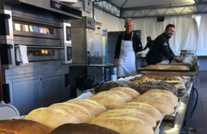 Il pane appena sfornato in piazza a Senigallia