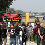 Animalisti protestano davanti l'allevamento di suini a Senigallia