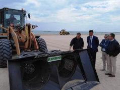 Il macchinario per la pulizia della spiaggia di velluto di Senigallia