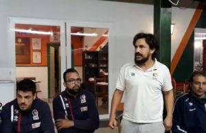In piedi il tecnico della Seniores Mariano Fagioli, a destra Marco De Rossi, a sinistra il vice Matteo Albani e il capitan Nicola Pulita
