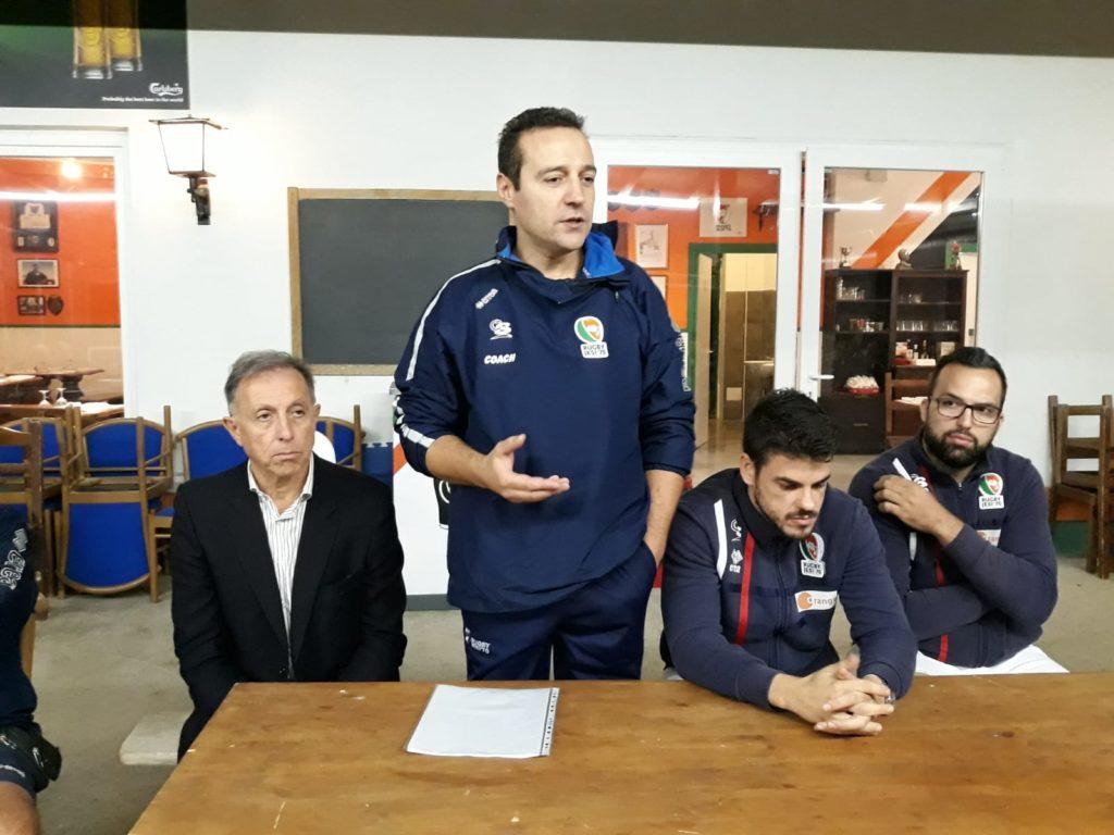 In piedi il Responsabile sviluppo Club del Rugby Jesi Francesco Possedoni, a sinistra il presidente Luca Faccenda, a destra capitan Nicola Pulita e Matteo Albani