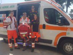 Giulia Esposto assieme ai colleghi (da sinistra) Gianmarco Scaloni, Mattia Ferrara e, all'interno dell'ambulanza, Federico Guerri
