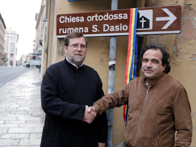 Un'insegna in dono alla chiesa rumena ortodossa San Dasio