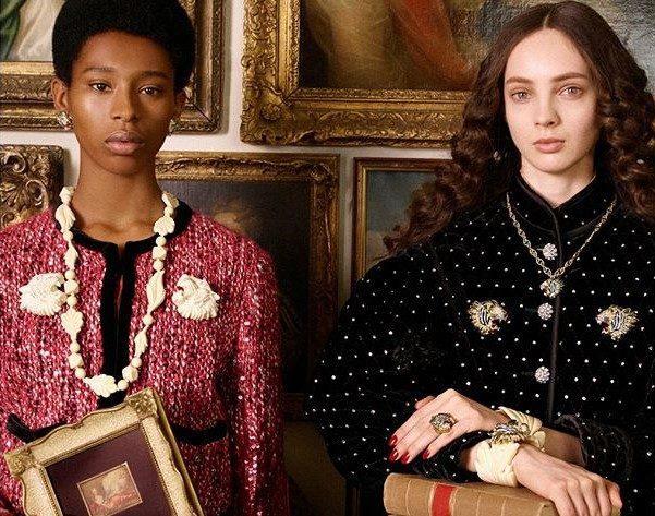 Il velluto non manca mai sulle giacche Gucci, che sia un dettaglio di bordi a contrasto, che sia in versione all over tempestato di strass