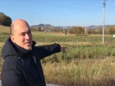 Il sindaco Simone Pugnaloni indica il punto in cui passerà la variante a Osimo