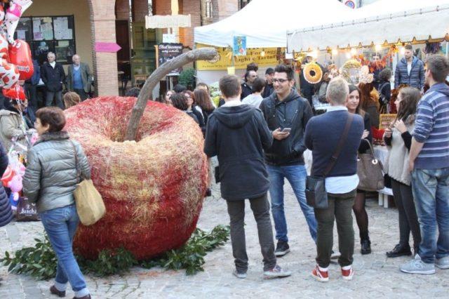 Stand gastronomici ed esperienze culturali al Festival della mela rosa