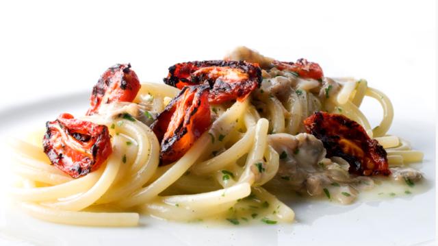 Un classico del Menù, Spaghetti affumicati con vongole e pendolini arrostiti