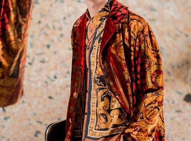 Versace firma soprabiti scivolati in tapestry velvet
