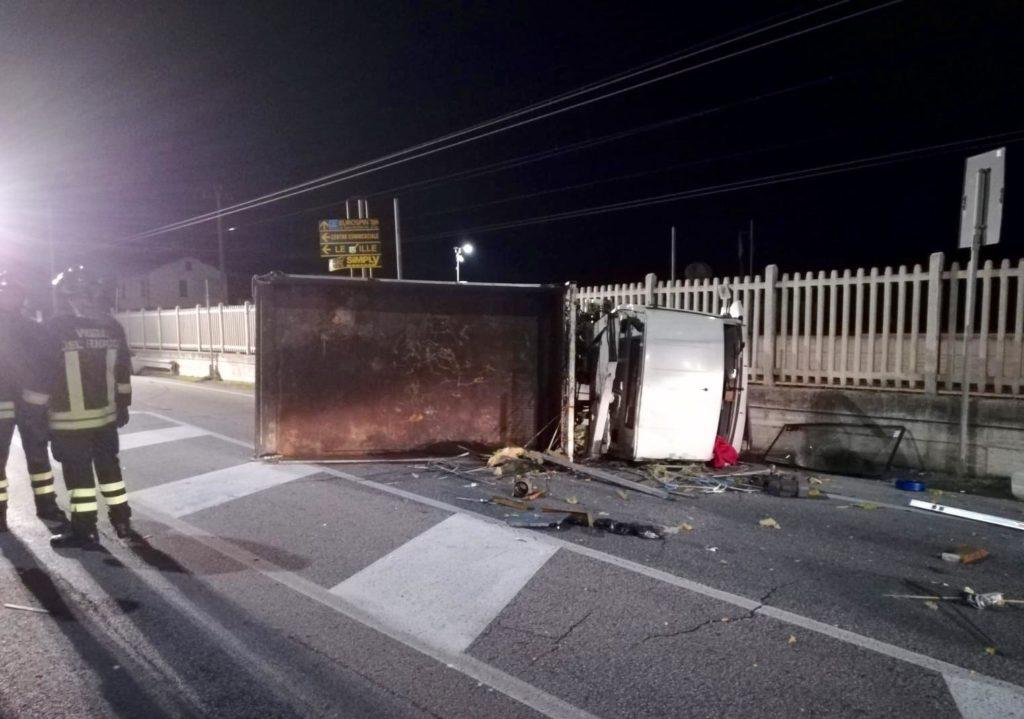 Il furgone finito contro il muro della ferrovia