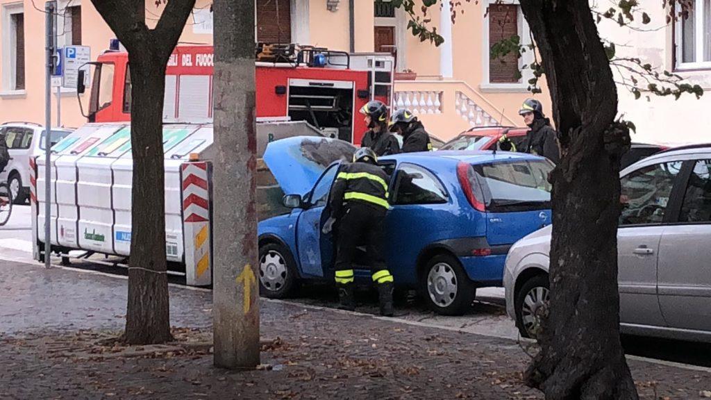 L'intervento dei pompieri in piazza Diaz ad Ancona