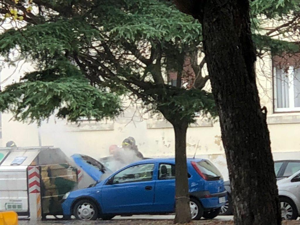 Il fumo dall'auto in piazza Diaz