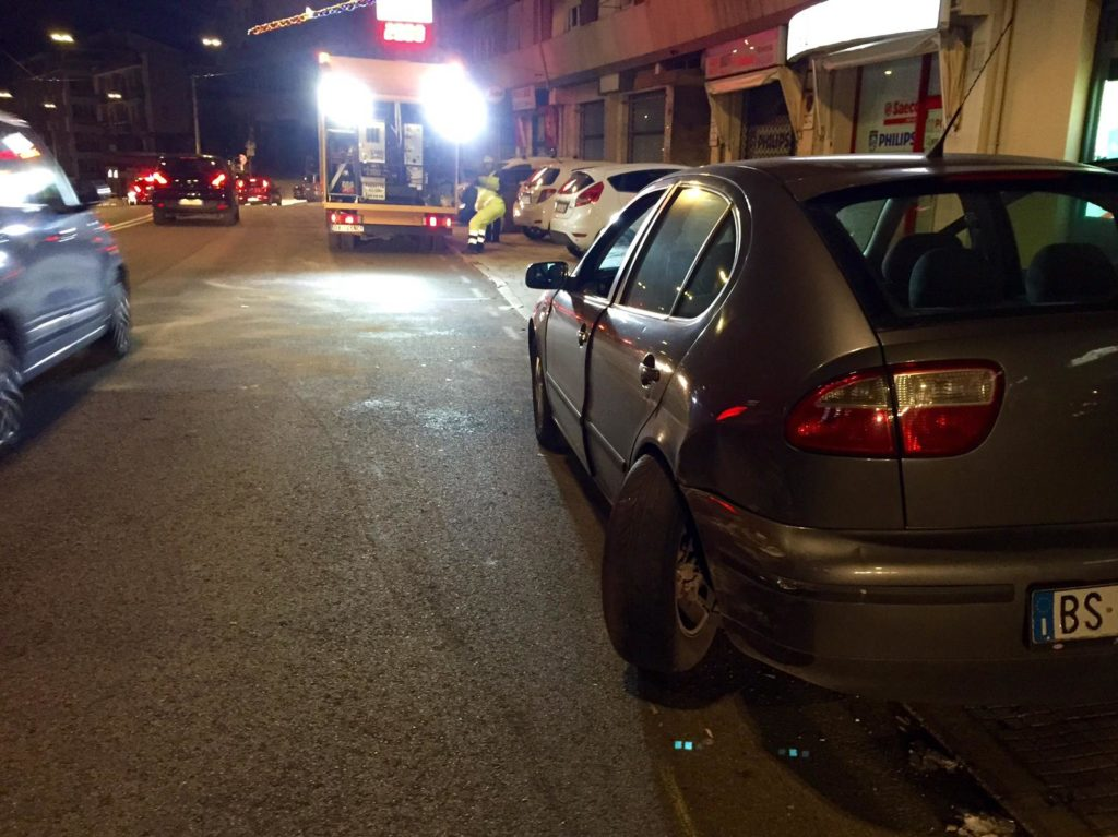 L'auto danneggiata che era ferma in sosta