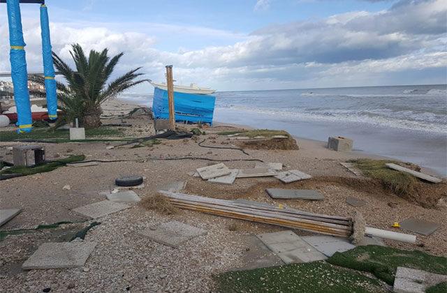 I danni ad alcuni locali sulla spiaggia a Marina di Montemarciano per le mareggiate