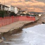 L'erosione della spiaggia a Marina di Montemarciano: dove non ci sono scogliere protettive, il mare inghiotte la strada