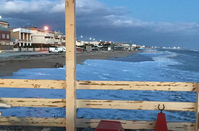 Alcuni locali a Marina di Montemarciano si ritrovano sul mare a causa dell'erosione costiera