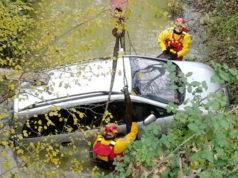Le operazioni dei Vigili del fuoco per il recupero di un'auto a Ostra