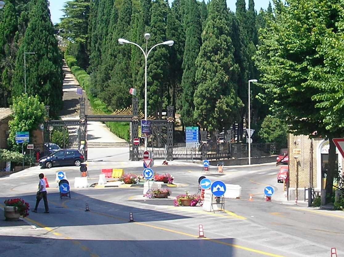 Castelfidardo, piegamenti in mezzo al traffico: ecco l'ultima folle sfida tra adolescenti