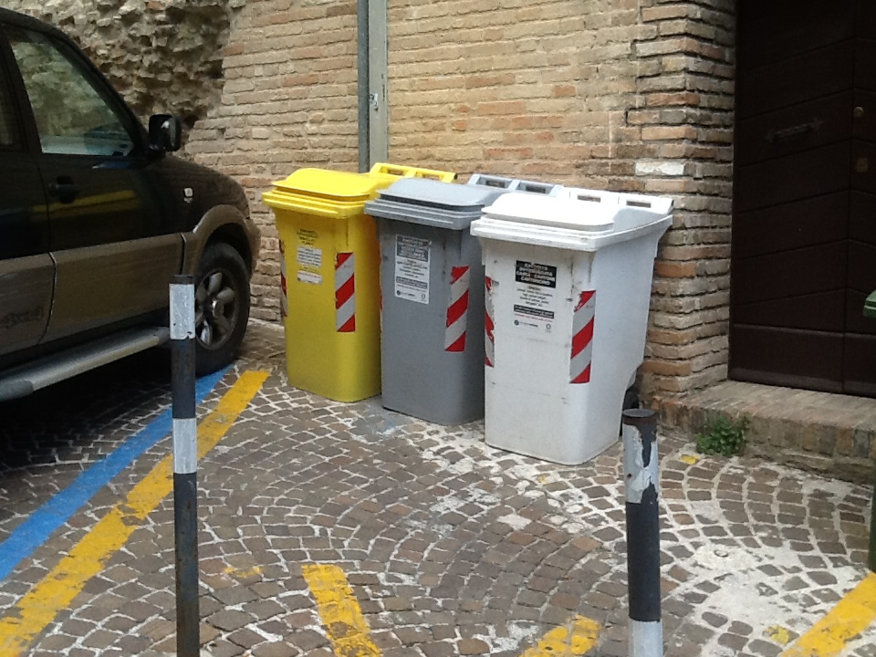 Rifiuti, l'app Junker di Astea scaricata da oltre mille utenti nell'Osimano. Ma attenzione agli errori