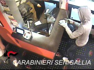 Le immagini di videosorveglianza della tentata rapina alla sala slot di Senigallia