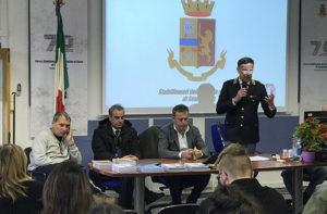 Il direttore degli Stabilimenti della Polizia di Senigallia Giuseppe Tranzillo ali studenti