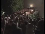 Il momento del crollo della balaustra all'uscita di sicurezza della discoteca Lanterna Azzurra di Corinaldo